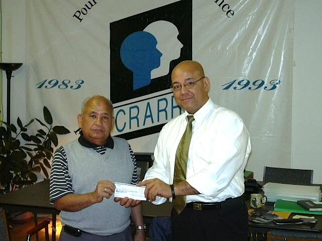 Cecilio Rous présente un don au CRARR représenté par Fo Niemi